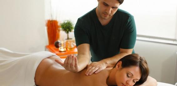 фото парень делает массаж парню