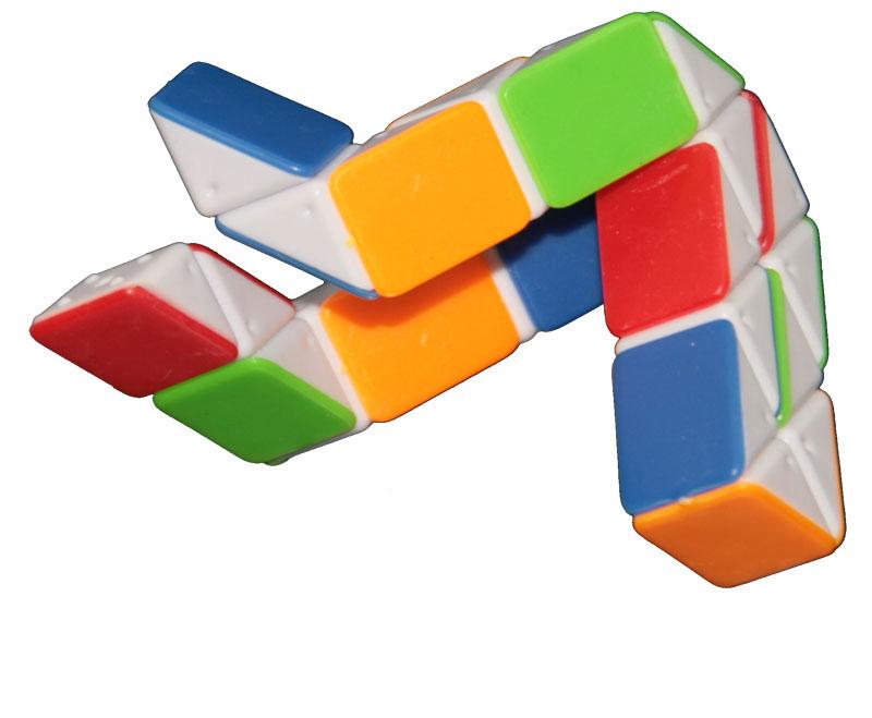 Если Кубик Рубика собрать не всем под силу, то со змейкой справиться может.